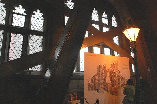 Puente Tower Bridge: Nice cutaway illustration