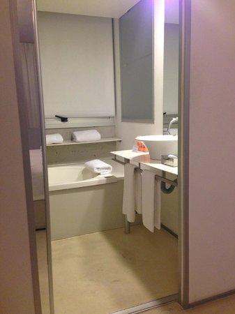 cE Hotel de Diseño: Banheiro nada apertado e com hidromassagem