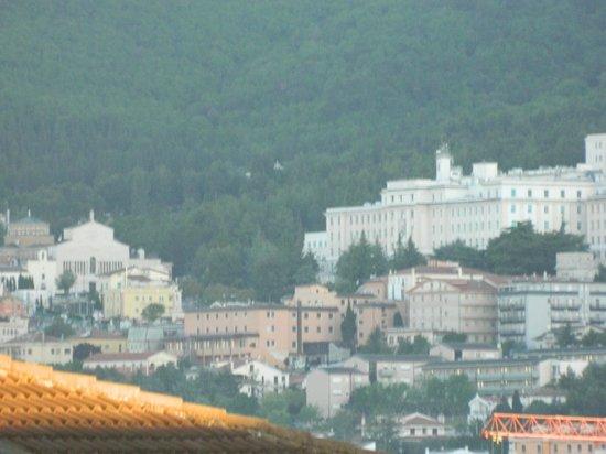 Hotel Leon: Scorcio del Santuario visto dall'Hotel