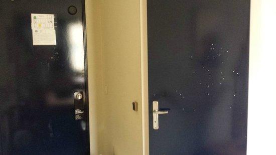 Hôtel Stars Bordeaux Gare : Peinture écaillée et nombreuses saletés sur les portes