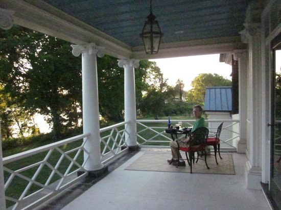Belle Grove Plantation Bed and Breakfast : sunset over the river viewed from the second floor balcony
