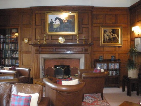 Burleigh Court Hotel: Library and bar area