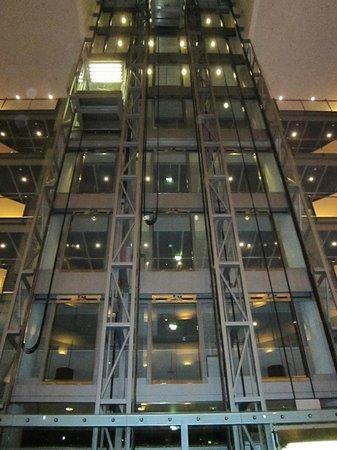 NH Düsseldorf City: Aufzüge in der Lobby