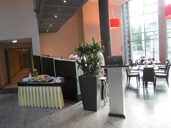 NH Düsseldorf City: Eingang Frühstücksraum