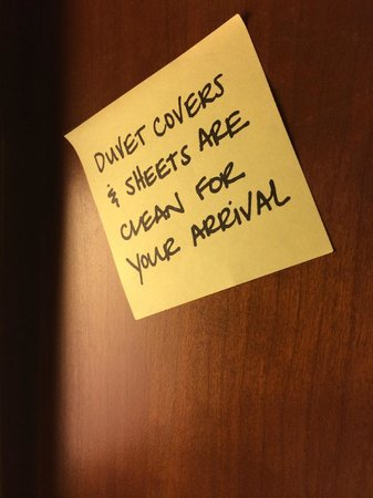 Hampton Inn & Suites Red Bluff: message on headboard