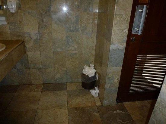 Poubelle qui deborde lavabo piscine foto di prama for Piscine qui deborde