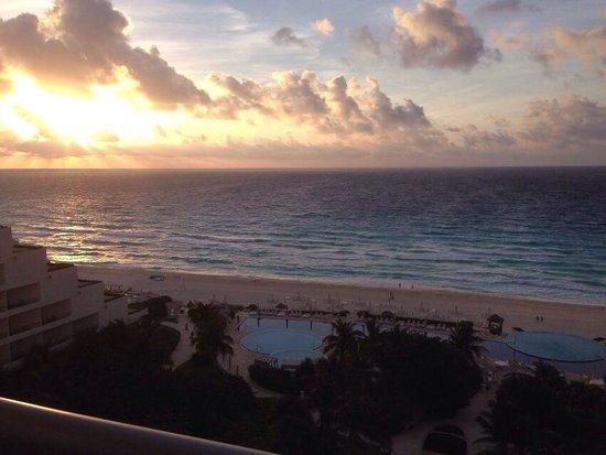 Live Aqua Beach Resort Cancun: Sunrise! Taken from my room