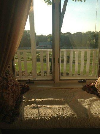 The Speckled Hen Inn: Window seat in the Token Creek room