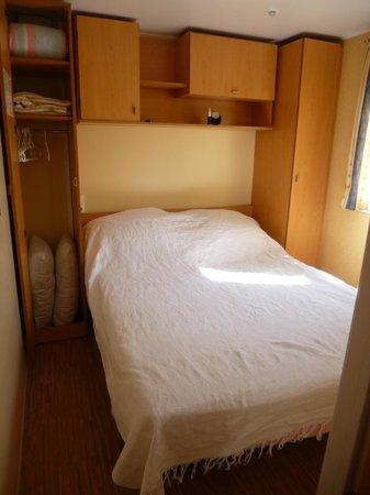 Camping Castell Mar: la chambre ( le dessus de lit est mien ! )