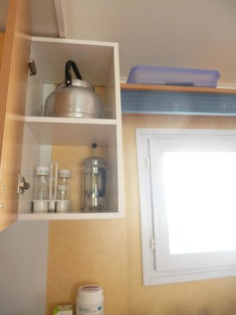Camping Castell Mar: les placards /ustensiles - cuisine au gaz 4 feux