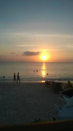 Marriott Grand Cayman Beach Resort: Sunset in front of hotel