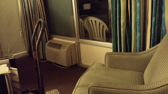 Viking Ocean Front Motel: Putting in New Air Conditioner