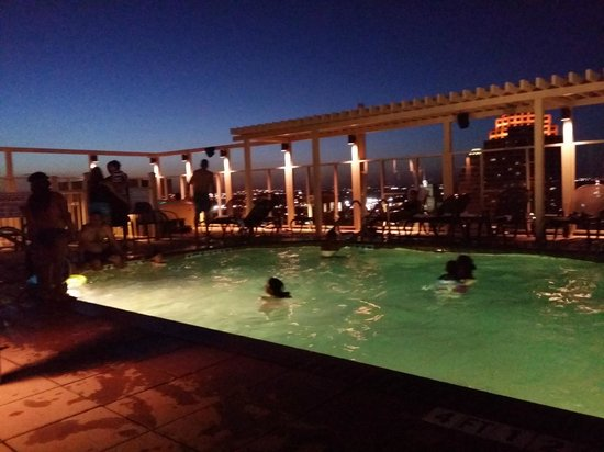 Drury Plaza Hotel San Antonio Riverwalk: The roof top pool in the evening