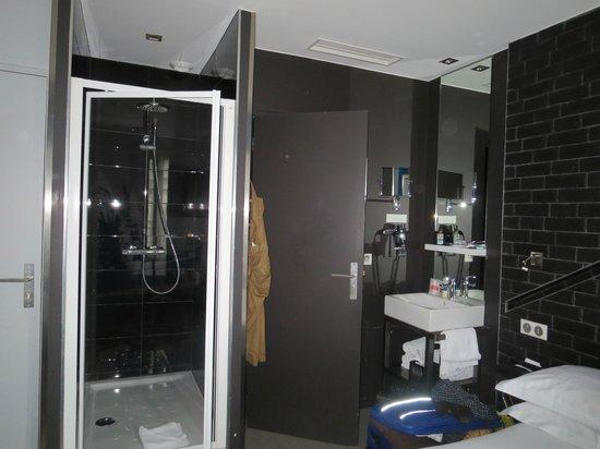 Hotel Arc de Triomphe Etoile: shower, toilet, sink