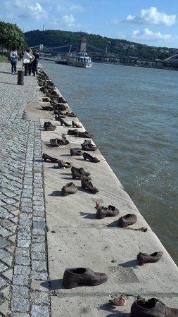 Shoes on the Danube Bank: Sapatos às Margens do Danúbio