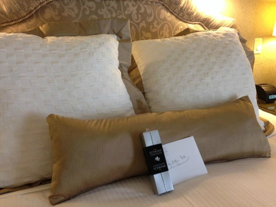 Old Mill Toronto: Wonderful King Bed with chocolates and note from Old Mill