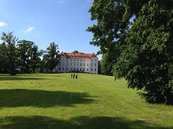 Hotel Schloss Wedendorf: hotel von Seeseite