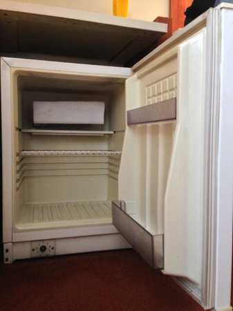 Astoria Hotel: Empty minibar