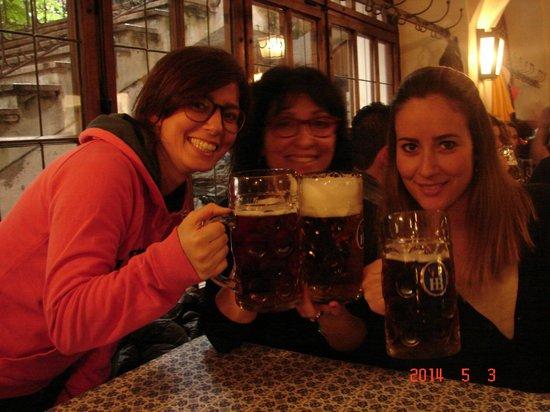 Hofbrauhaus Munchen: Trying to drink 1 liter ...