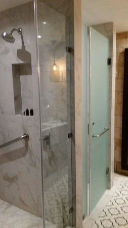 Hard Rock Hotel Riviera Maya: Standard room bathroom w/separate water closet