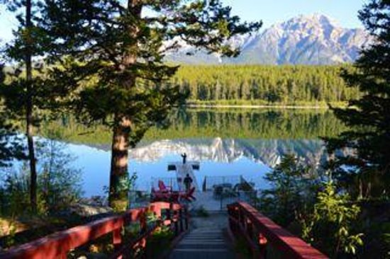 Patricia Lake Bungalows Resort : Beautiful Lake and wharf with red painted stairway.
