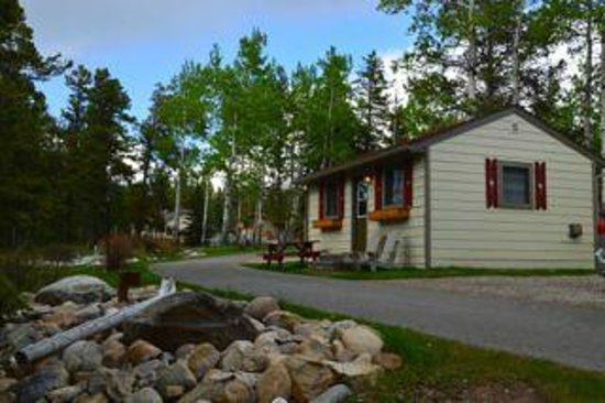 Patricia Lake Bungalows Resort : One of the cottages near the water,we were in one further back across from spa pool.