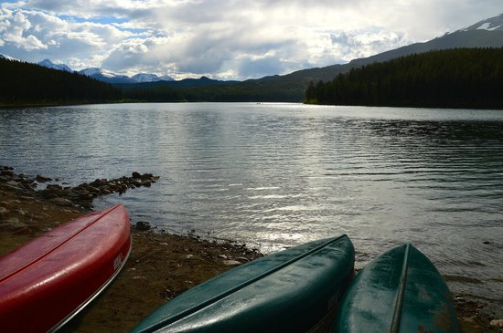 Patricia Lake Bungalows Resort : Canoes by  the lake