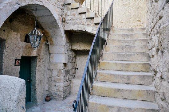 Hezen Cave Hotel: Hezen stairs