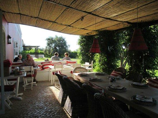 Quinta da Cebola Vermelha: Breakfast patio