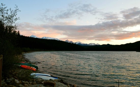 Patricia Lake Bungalows Resort : Lightly snow capped mountains to the left hand side of Lake and bungalow grounds.