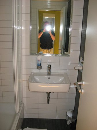 MEININGER Hotel Berlin Hauptbahnhof: Waschbecken