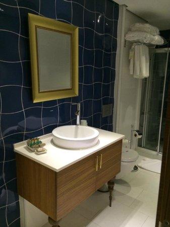 """Nowy Efendi Hotel """"Special Class"""": В ванной комнате есть душевая кабина"""