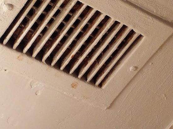 Howard Johnson Inn Harrisburg: dirty vent in bathroom
