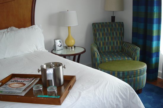 Hotel Indigo Jacksonville Deerwood Park: Bed with chair