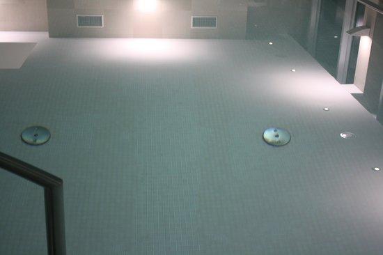 Eurostars Berlin Hotel: suelo de la piscina