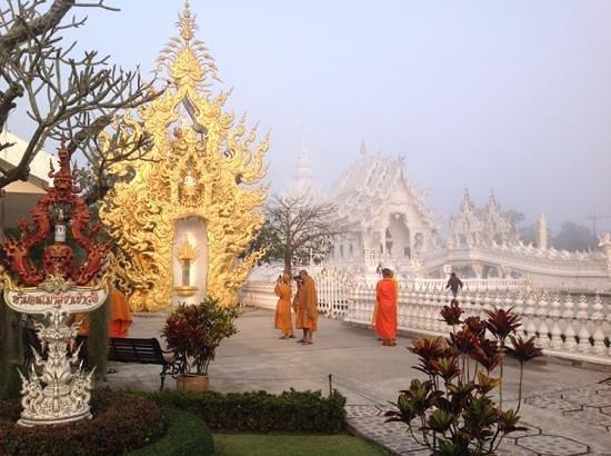 Wat Rong Khun : монахи