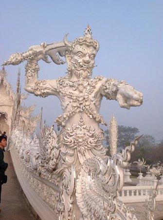 Wat Rong Khun : стражники