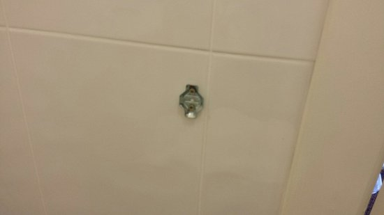 Jurys Inn Galway: Broken toilet paper holder