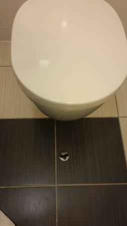Jurys Inn Galway: Door stop in front of toilet