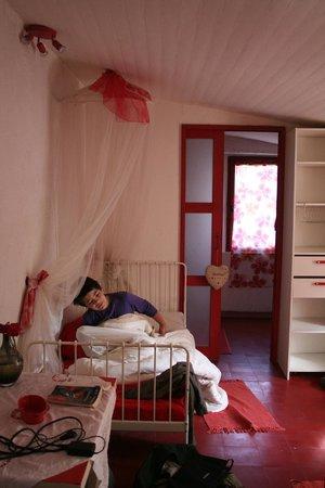 Chambres d'Hotes le Vieux Mas: chambre cerise 3 lits