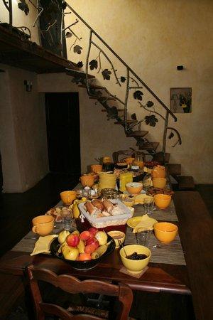 Chambres d'Hotes le Vieux Mas: Table petit déjeuner