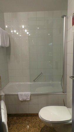 K+K Hotel Central: salle de bain