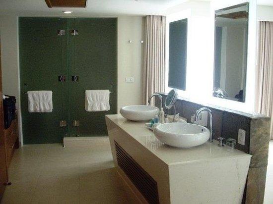 Sun Palace: Bathroom