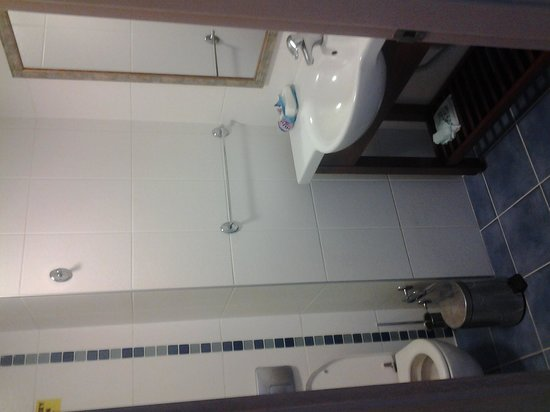 Candan Club Hotel: bathroom area, lovely bath/shower behind the door and there is a plug for the bath