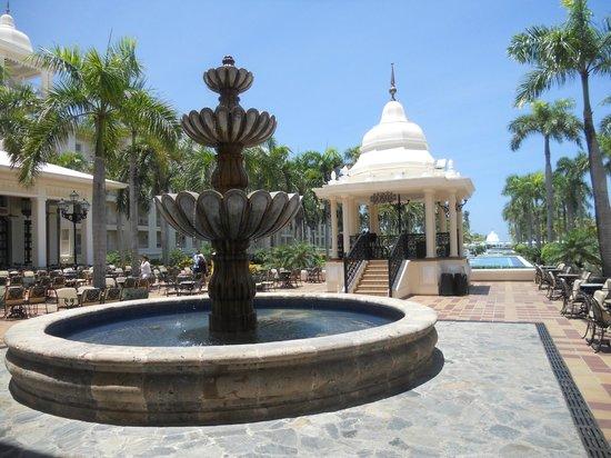 Hotel Riu Palace Punta Cana: Pergola donde se Brindan espectáculos nocturnos