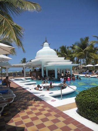 Hotel Riu Palace Punta Cana: Bar en la pileta