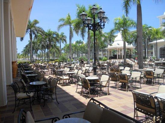 Hotel Riu Palace Punta Cana: Parte de las mesas del Bufete central