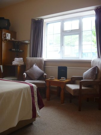 O'Sheas B & B: Seating area in the rooms also has dressing table and chair