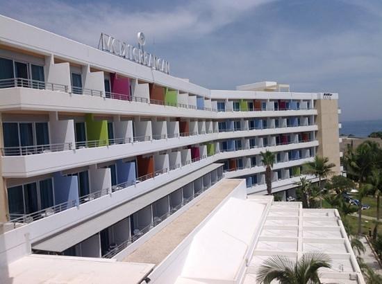 Mediterranean Beach Hotel: Blick von unserem Balkon aus 5. Stock