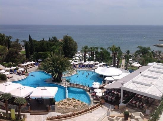 Mediterranean Beach Hotel : Pool, dann Garten, dann Strand, rechts der strandabschnitt des four seasons